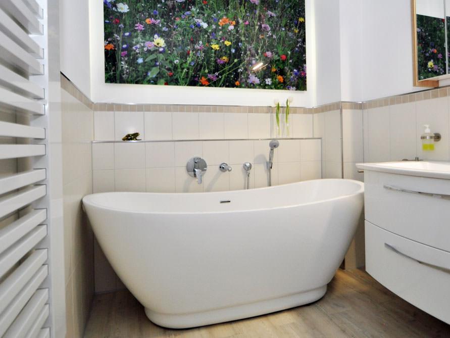 Kleines Badezimmer mit der freistehenden Badewanne Sanitas