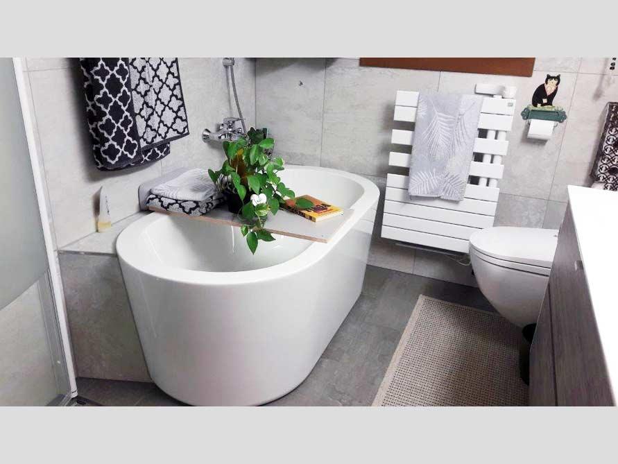 Badezimmer mit der freistehenden Badewanne Almeria 149