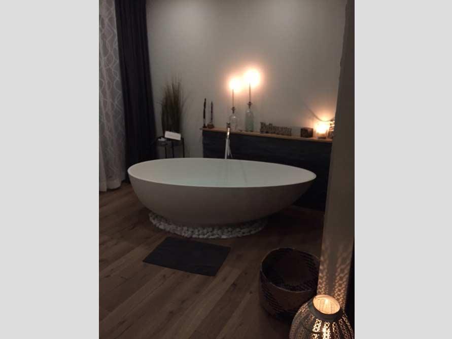Badezimmer ideen mit freistehende badewanne campione aus for Badezimmer mit badewanne