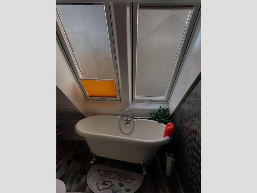 Badezimmer mit der freistehenden Nostalgie Badewanne Carlton 149