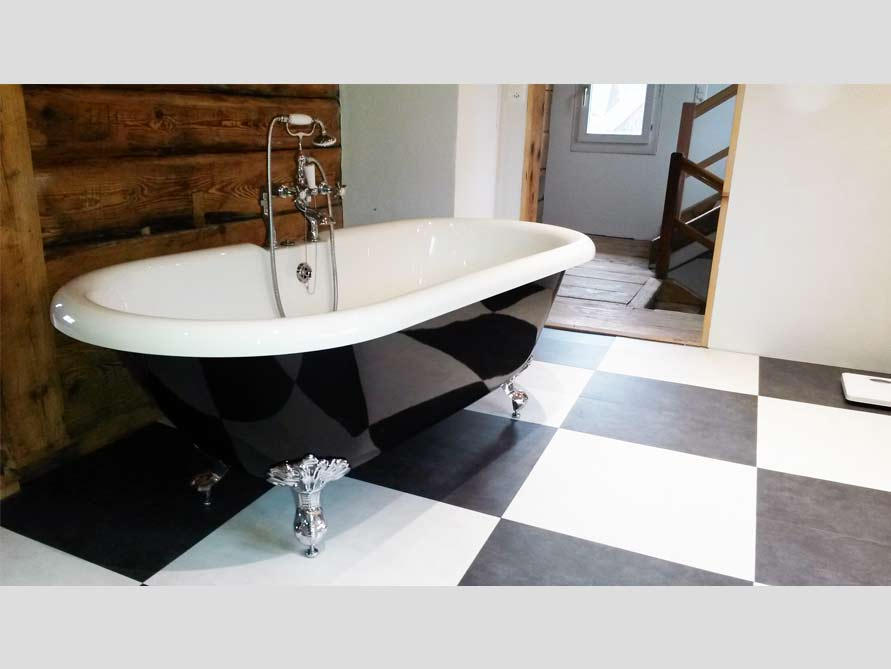 Badezimmer mit der freistehenden Nostalgie Badewanne Carlton Black