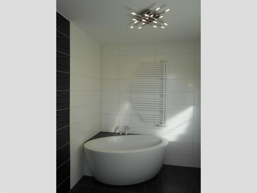 Badezimmer mit der freistehenden Badewanne Cartagena Piccolo