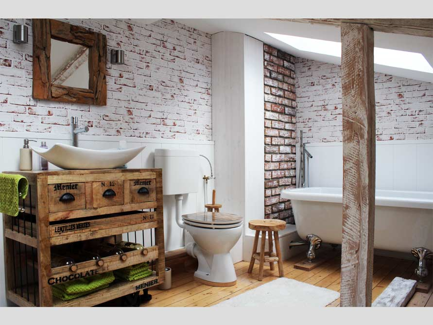 Badezimmer mit der freistehenden Badewanne Derry