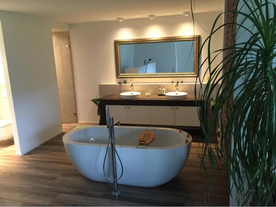 Badezimmer mit der freistehenden Badewanne Gandia Grande