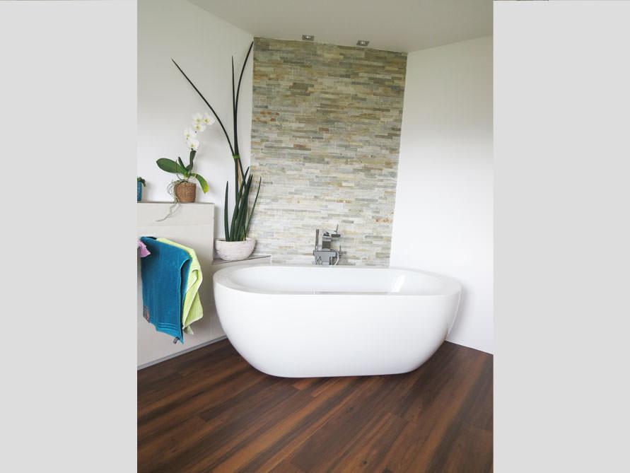 Badezimmer mit der freistehenden Badewanne Gandia Medio