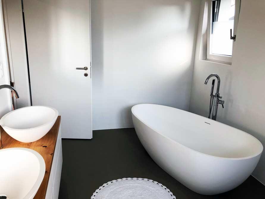 Badezimmer mit der freistehenden Badewanne Luino