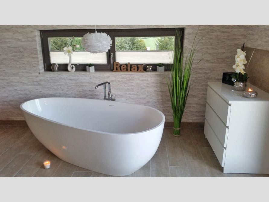 Badezimmer mit der freistehenden Badewanne Luino Grande