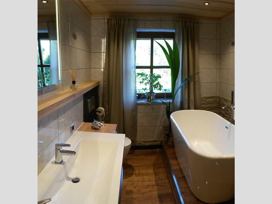 Badezimmer mit der freistehenden Badewanne Madrid