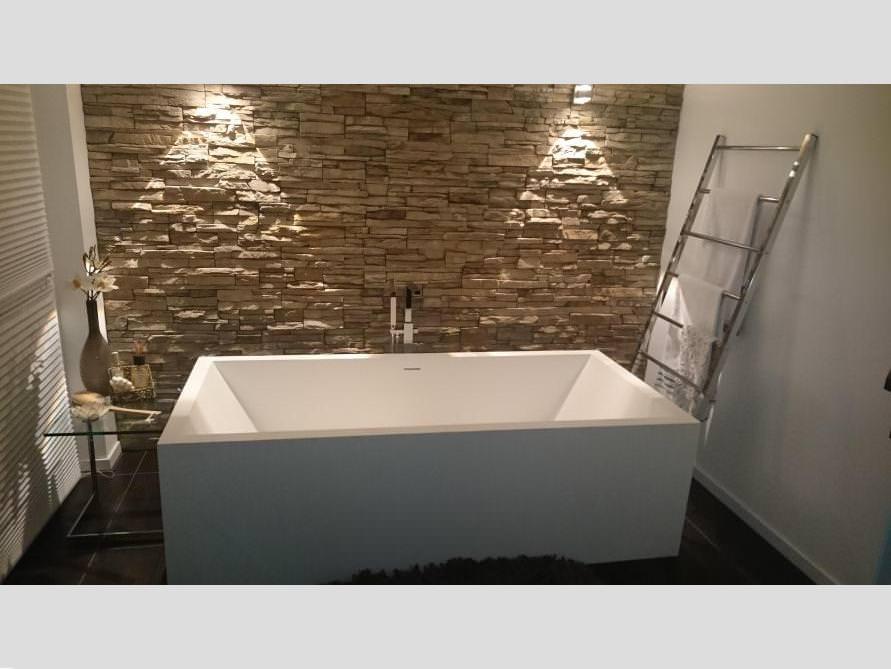 Badezimmer mit der freistehenden Badewanne Milano