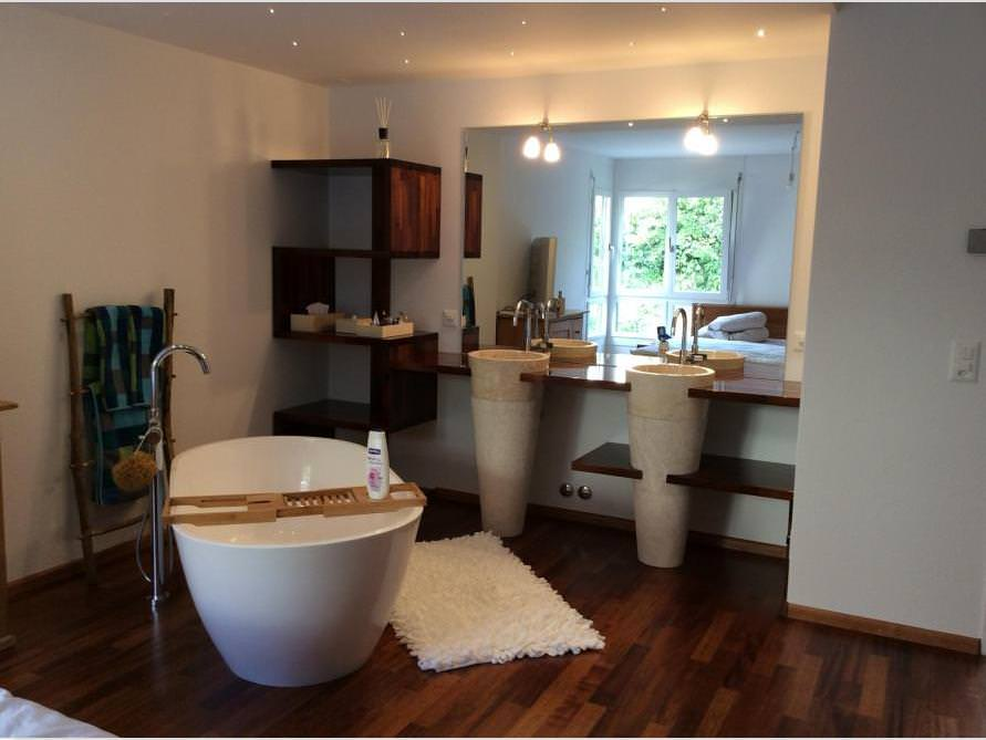 Badezimmer mit der freistehenden Badewanne Montecristo