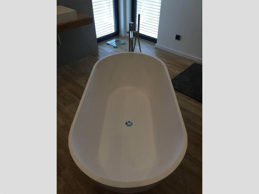 Badezimmer mit der freistehenden Badewanne Montecristo Grande