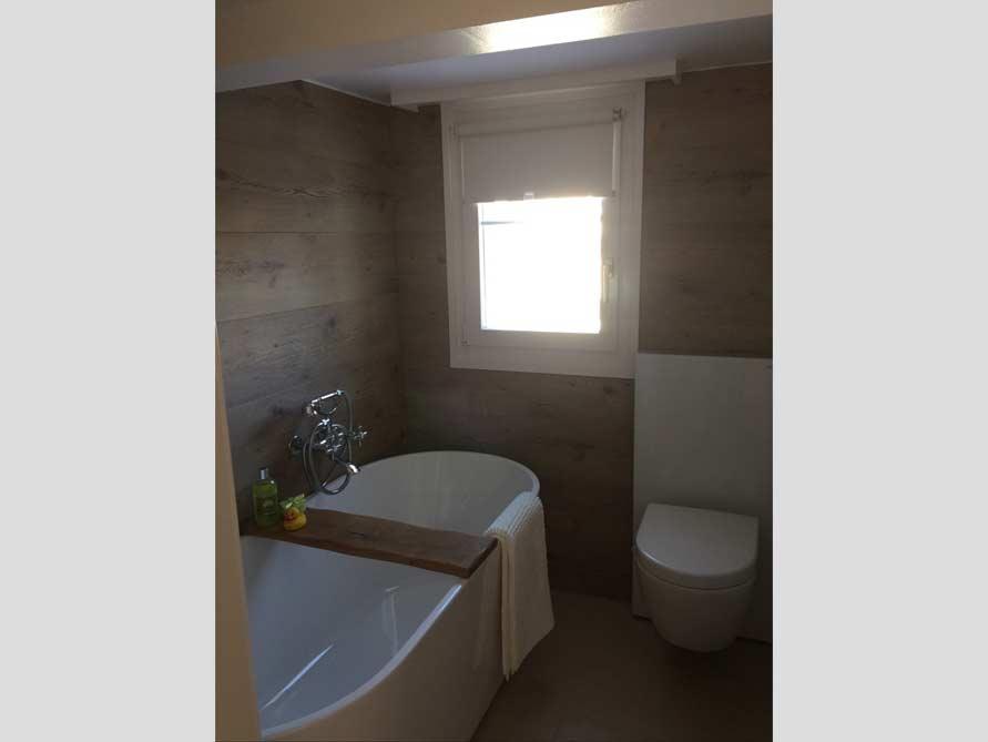Badezimmer mit der freistehenden Badewanne Murcia