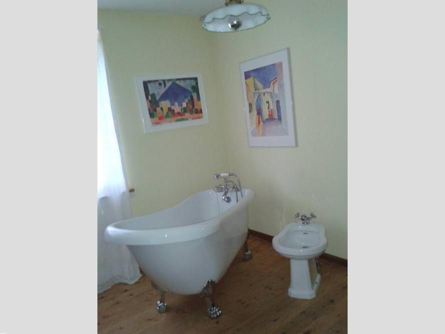 Badezimmer mit der freistehenden Nostalgie Badewanne Oldham