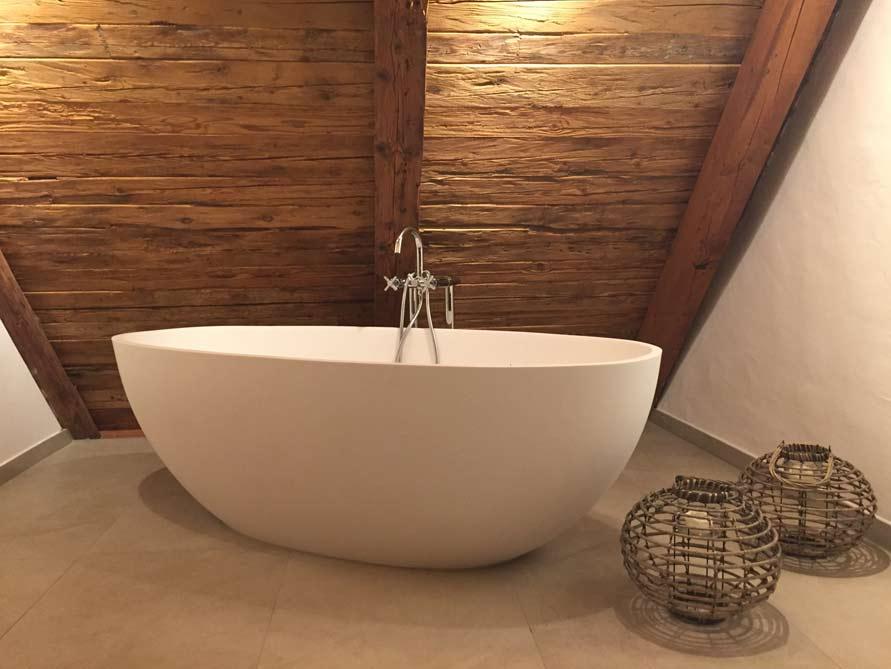 badezimmer idee piemont freistehenden badewanne geltung dachschr ge. Black Bedroom Furniture Sets. Home Design Ideas