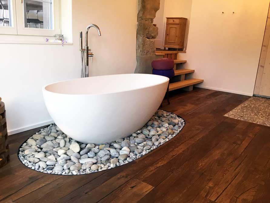 Badezimmer mit der freistehenden Badewanne Piemont