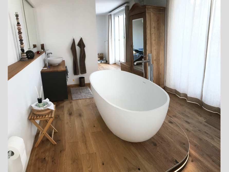 Badezimmer mit der freistehenden Badewanne Piemont Medio