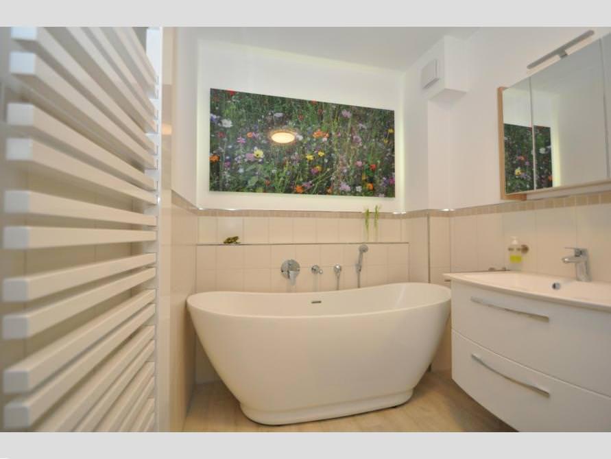 badezimmer ideen mit freistehende badewanne sanitas aus acryl. Black Bedroom Furniture Sets. Home Design Ideas