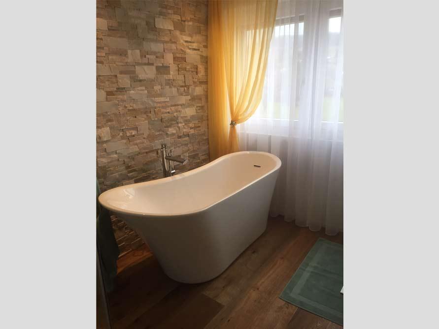 Badezimmer mit der freistehenden Badewanne Saragossa