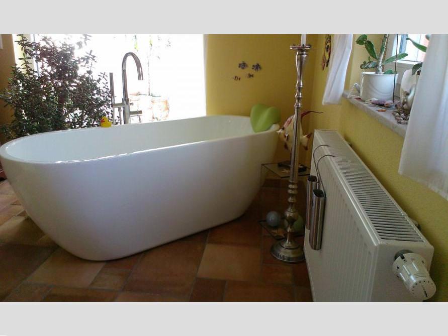 Badezimmer mit der freistehenden Badewanne Valencia