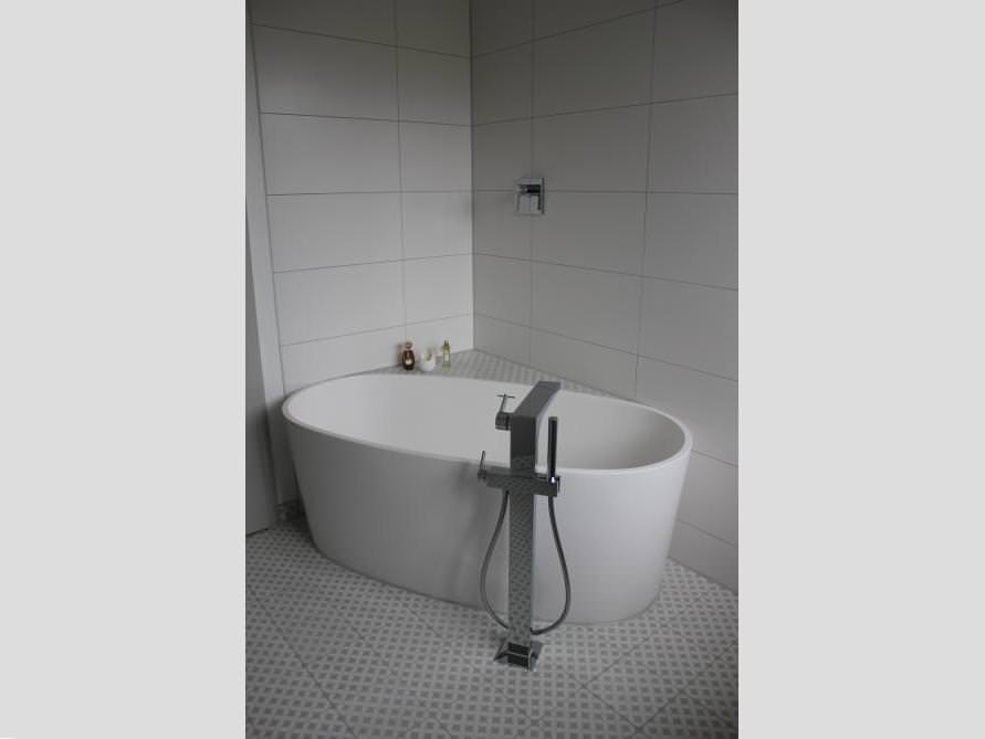 Badezimmer mit der freistehenden Badewanne Varese