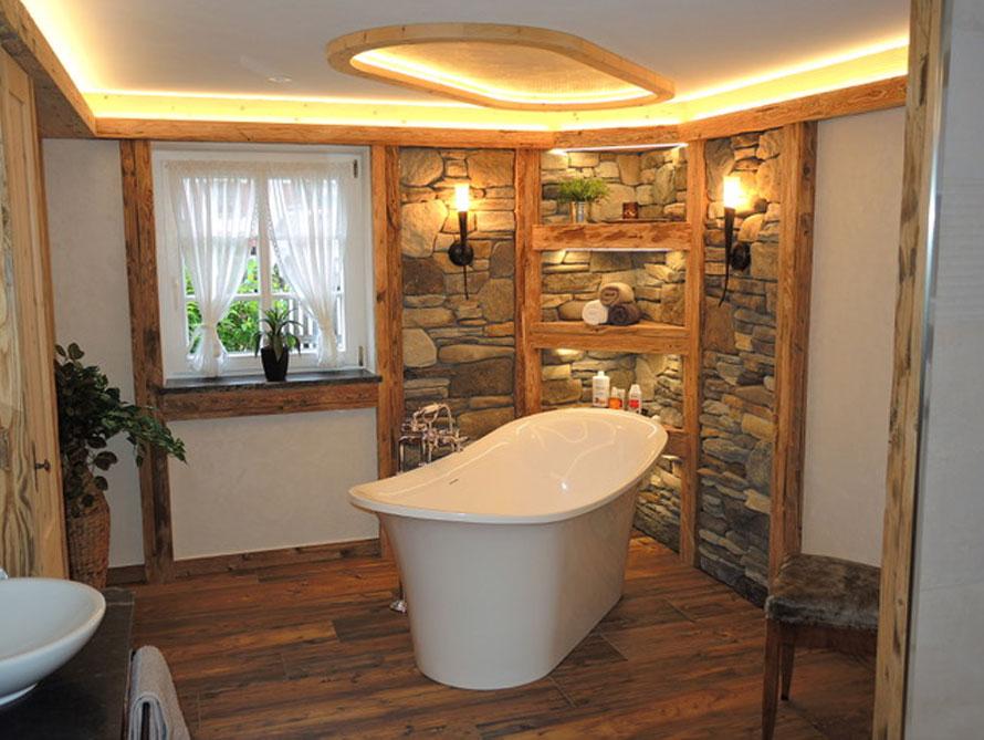 Badezimmer mit der freistehenden Nostalgie Badewanne Verona