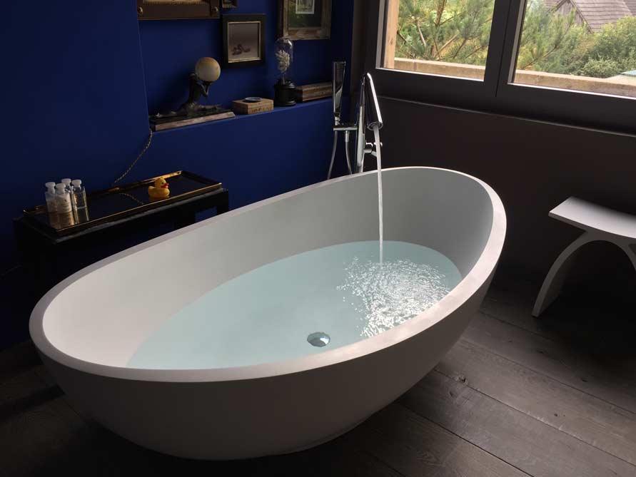 badezimmer ideen mit freistehende badewanne vicenza aus mineralguss zubeh r pianoro hocker. Black Bedroom Furniture Sets. Home Design Ideas