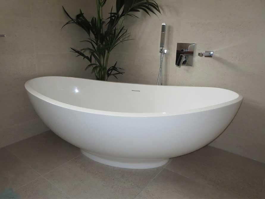 Badezimmer mit der freistehenden Badewanne Vicenza